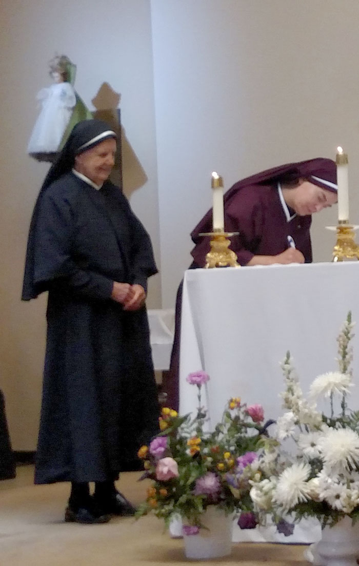 Sr. Maria Damiana signing her vows